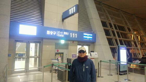김학의 전 차관이 2019년 3월 23일 오전 비행기가 떠나고 난 뒤 111번 탑승구를 배경으로 서 있다. 조강수 기자