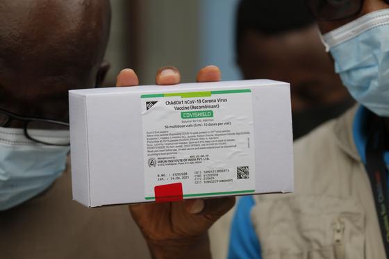 24일(현지시간) 코백스 백신이 처음으로 아프리카 가나에 도착했다. [EPA=연합뉴스]