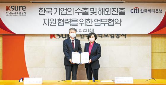 한국무역보험공사 이인호 사장(왼쪽)과 씨티은행 유명순 은행장이 지난 23일 한국기업의 수출 및 해외진출 지원을 위한 업무협약을 맺고 있다.  [사진 K-SURE]
