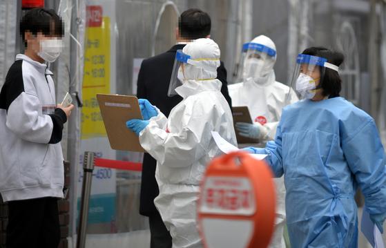 신종 코로나바이러스 감염증(코로나19) 백신 접종을 하루앞둔 25일 대전 서구보건소 코로나19 선별진료소에서 의료진들이 방문한 시민들을 분주히 검사하고 있다. 김성태 기자