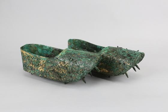 1971년 무령왕릉 발굴 당시엔 뒤꿈치가 부서진 채 발견됐던 왕비 신발 한쌍은 수십년에 걸친 연구와 복원을 통해 현재 거의 완전한 형태를 찾았다. [사진 국립공주박물관]