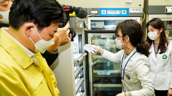 보건 당국 관계자가 백신을 약품보관실 내 냉동고로 옮기고 있다. [제주도 제공. 연합뉴스]
