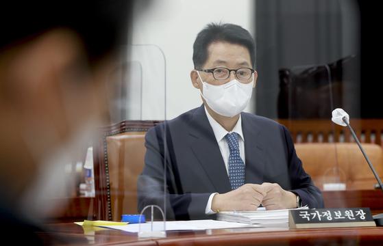 22일 국회 정보위에 출석한 박지원 국가정보원장. 박 원장은 최근 비공개 간담회에서 사찰 의혹을 둘러싼 여야 공방에 강한 유감을 나타냈다. 오종택 기자