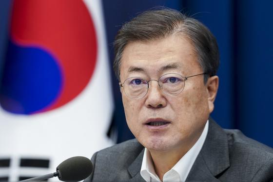문재인 대통령이 22일 오후 청와대 여민관에서 열린 수석·보좌관 회의에서 머리발언을 하고 있다. [청와대사진기자단]