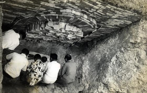1971년 7월 8일 오후 무령왕릉 입구를 열기에 앞서 발굴단은 간소한 위령제를 지냈다. [사진 국립문화재연구소]