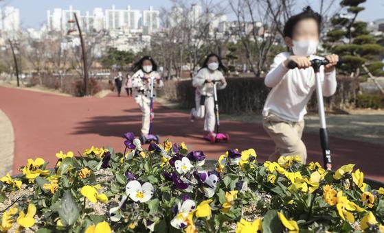 포근한 날씨에 22일 부산시민공원에서 어린이들이 퀵보드를 타며 야외활동을 즐기고 있다. 이번 주말도 내내 온화한 봄날씨가 예상된다. 연합뉴스