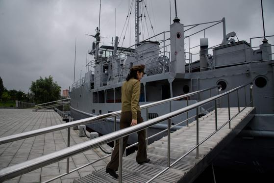 1968년 북한에 나포된 미 해군 소속 군함 푸에블로호는 박물관이 됐다. 2017년 인민해방군 소속 가이드가 배 안으로 걸어가고 있다. [AFP=연합뉴스]
