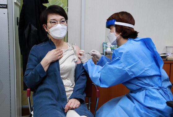 국내 코로나19 백신 접종이 시작된 26일 서울 도봉구보건소에서 의료진이 요양병원·요양시설 종사자들을 대상으로 아스트라제네카 백신 접종을 하고 있다. 제공 공동취재단