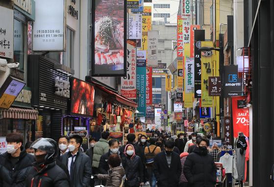 지난 25일 오후 서울 명동 음식점 거리가 북적이고 있다. 뉴스1