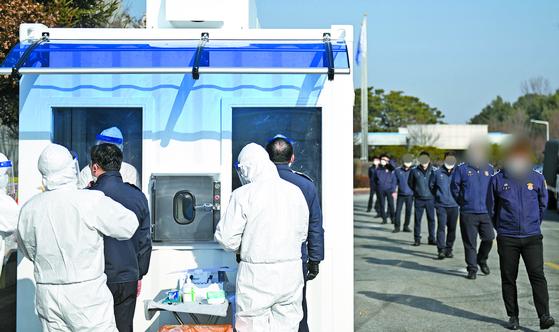 여주교도소 교도관들이 1~2시간이면 결과가 나오는 신속 PCR 검사를 받고 있다. [사진 여주시]
