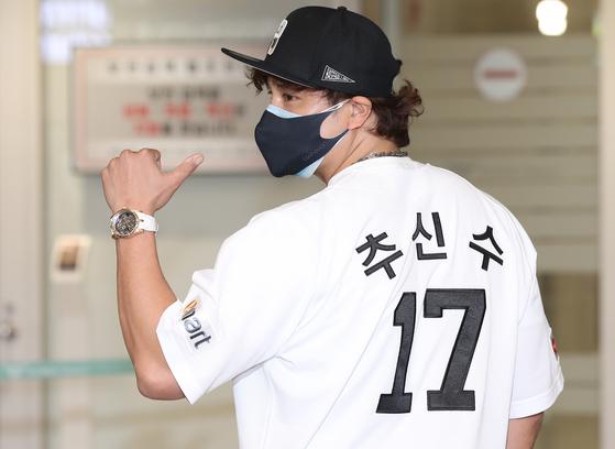 귀국 후 인천공항에서 등번호 17번이 찍힌 신세계 유니폼을 입고 포즈를 취한 추신수. [연합뉴스]