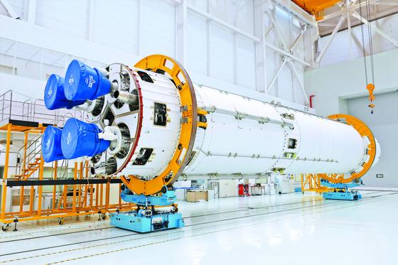 한국항공우주연구원이 제작한 누리호 1단 로켓이 연소시험을 앞두고 전남 고흥 외나로도 나로우주센터 종합조립동에 보관되어 있다. [사진 한국항공우주연구원]
