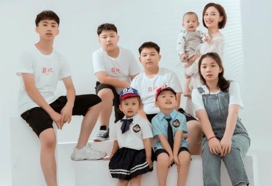 중국의 산아 제한 정책을 어기고 7남매를 출산한 장룽룽(둘째줄 맨 오른쪽)의 가족사진. [더우인 캡처]