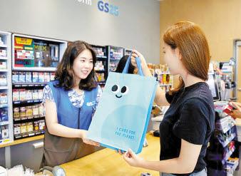 GS리테일이 운영하는 편의점 GS25는 업계 최초로 친환경 다회용백을 도입하여 환경 사랑을 실천하고 있다. 사진은 고객이 GS25 매장에서 친환경 쇼핑백을 구매하는 모습 [사진 GS그룹]