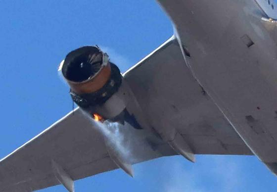 지난 20일 미국 유나이티드항공 여객기가 콜로라도주 덴버공항에서 이륙한 지 4분 만인 오후 1시쯤(현지시간) 오른쪽 날개 엔진에 불이 붙은 채 날고 있다. 241명이 탄 이 여객기는 긴급 회항해 사상자 없이 무사히 착륙했다. 엔진 파편들이 주택가에 떨어졌으나 인명 피해는 없었다. 로이터=연합뉴스