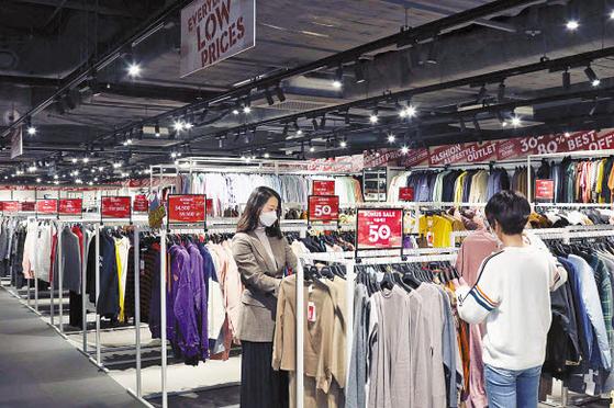 신세계 팩토리스토어는 100여 개 국내외 브랜드의 이월상품을 30~80% 저렴하게 판매한다. 사진은 강남점 내부 모습. [사진 신세계백화점]