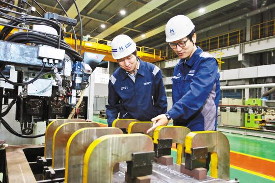 현대제철은 지난해 12월 LNG 연료탱크 등에 사용되는 초고성능 강재인 9% Ni(니켈) 후판의 개발을 완료했다. 현대제철 직원이 9% Ni 후판 제품을 점검하고 있다. [사진 현대제철]