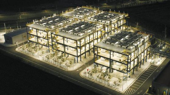 두산퓨얼셀이 연료전지 주기기를 납품한 세계 최초·최대 부생수소(정유공장의 나프타 분해 과정에서 부가적으로 생산된 수소) 연료전지발전소인 '대산 수소연료전지발전소' 전경. 한화토탈로부터 부생수소를 공급받아 전기를 생산한다. [사진 두산그룹]
