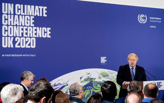 영국 보리스 존슨 총리가 2020년 예정돼있던 26차 기후변화협약 당사국총회(COP26)을 준비모임에서 발언하는 모습. 당초 2020년 11월 영국 글래스고에서 열릴 예정이었던 COP26은 코로나19의 영향으로 1년 미뤄진 2021년 11월 개최된다. AFP=연합뉴스