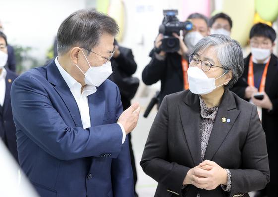 문재인 대통령이 26일 코로나바이러스 감염증 예방 접종을 참관하기 위해 서울 마포구보건소를 방문해 접종대상자를 기다리며 정은경 질병관리청장과 대화하고 있다. 청와대사진기자단