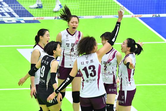 26일 수원 현대건설전에서 득점을 올린 뒤 기뻐하는 KGC인삼공사 선수들. [사진 한국배구연맹]
