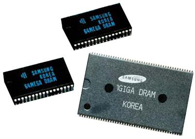 1992년 삼성전자가 세계 최초로 개발한 64메가 D램(왼쪽)과 꿈의 반도체라 불리던 1기가 D램(1996년 개발). [중앙포토]