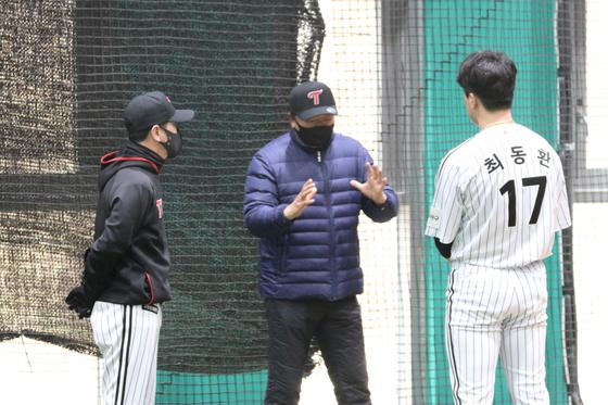 이천 LG 스프링캠프를 방문한 선동열 전 감독(가운데). [사진 LG 트윈스]