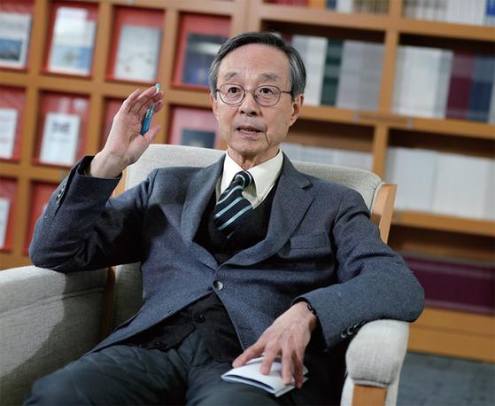 한승주 전 외교부 장관이 월간중앙과의 인터뷰에서 한국 외교의 나아갈 길에 관해 역설하고 있다.