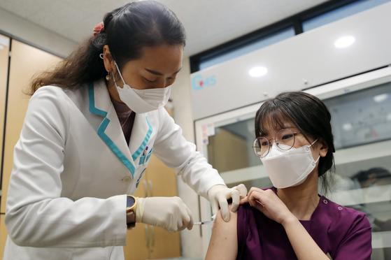 세종시 1호 코로나19 백신 접종자인 요양병원 간호사 이하현(24)씨가 26일 세종시 조치원읍 세종보건소에서 예방접종을 하고 있다. 프리랜서 김성태