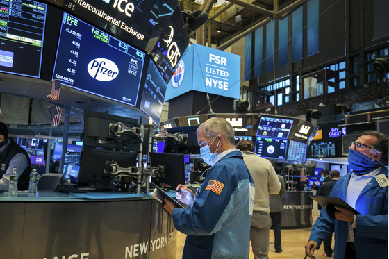 뉴욕 증권거래소의 트레이더들이 증시 추이를 살펴보고 있다. AP