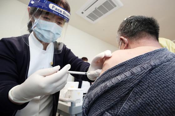 신종 코로나바이러스 감염증(코로나19) 백신 접종이 시작된 26일 오전 경기도 용인시 흥덕우리요양병원에서 곽세근(59)씨가 접종을 받고 있다. 뉴시스
