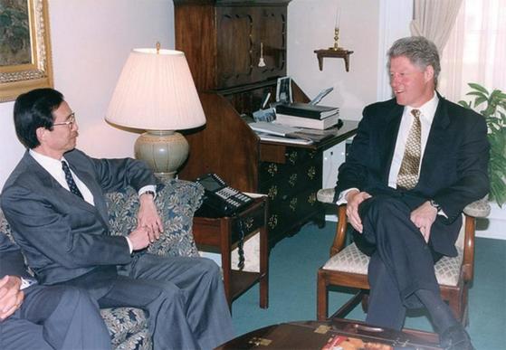 1993년 7월 당시 한승주 외무부 장관(왼쪽)이 한국을 방문한 빌 클린턴 미국 대통령과 환담하고 있다. / 사진:한승주