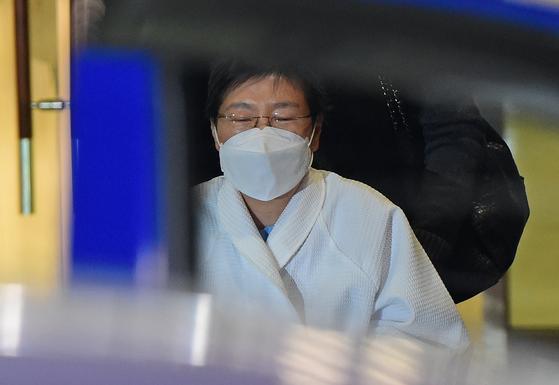 신종 코로나 바이러스 감염증(코로나19) 확진자와 접촉한 박근혜 전 대통령이 9일 오후 서울 서초구 서울성모병원에서 격리를 마친 후 나서고 있다. 뉴스1