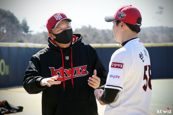 KT 한차현(오른쪽)이 지난 19일 스프링캠프 훈련 중 선동열 전 감독과 이야기를 나누고 있다. KT 제공