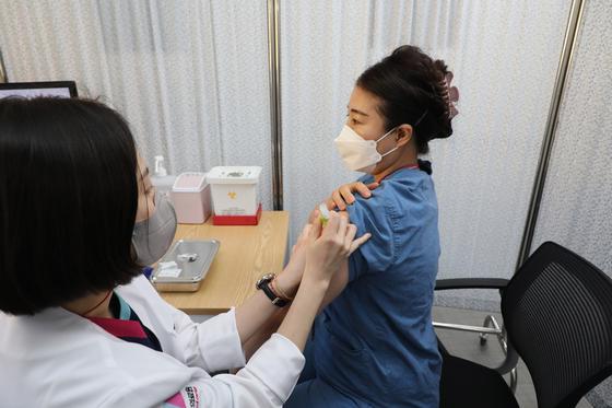 27일 오전 서울시 중구 을지로 국립중앙의료원 중앙예방접종센터에서 의료원 의료진이 화이자 백신을 접종 받고 있다. 사진기자협회