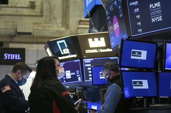 미국 국채 금리 급등으로 25일(현지시간) 뉴욕 증시가 급락했다. 이날 나스닥은 전날보다 3.53% 하락하며 거래를 마쳤다. 사진은 이날 뉴욕 증권거래소의 모습. [AP=연합뉴스]