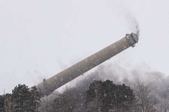미국 미시간 주의 JB Sims 발전소의 굴뚝이 철거되는 모습. 기후위기 대응의 일환으로 전 세계 금융기관들이 석탄 사업에서 손을 떼는 흐름이 강화되고 있지만, 우리나라는 여전히 총 석탄 투자액 9위로 높은 순위를 기록하고 있다. 국민연금공단은 개별 기업의 투자액으로 전 세계 11위를 기록했다. AP=연합뉴스