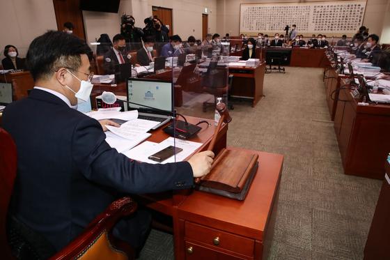 25일 오후 서울 여의도 국회에서 열린 법제사법위원회 전체회의에서 윤호중 위원장이 의사봉을 두드리고 있다. 연합뉴스