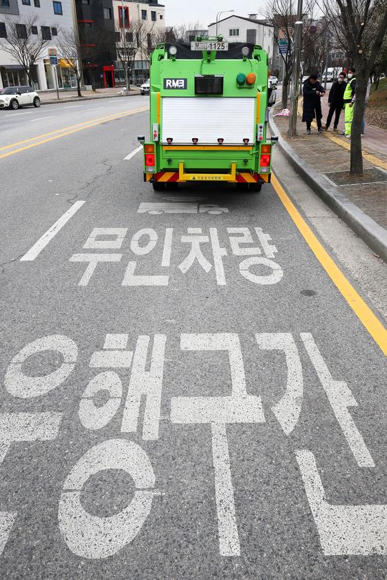 지난 24일 광주광역시 광산구 수완지구 무인차량 운행구간에서 자율주행이 가능한 쓰레기 수거차량이 시험 운행을 하고 있다. 프리랜서 장정필