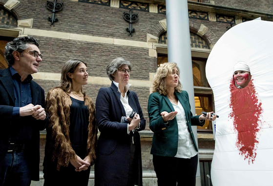 지난 2019년 네덜란드에서 열린 한 이벤트에서 생리 빈곤과 관련해 퍼포먼스를 하며 관심을 촉구하고 있는 청원자들의 모습. [AFP=연합뉴스]