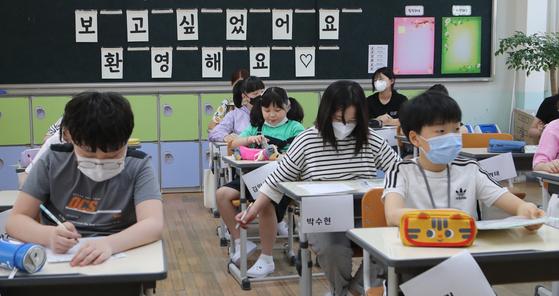 지난해 6월 8일 부산 동구 수정초등학교 5학년 학생들의 등교개학을 축하하는 글 아래로 학생들이 공부를 하고 있다. 송봉근 기자