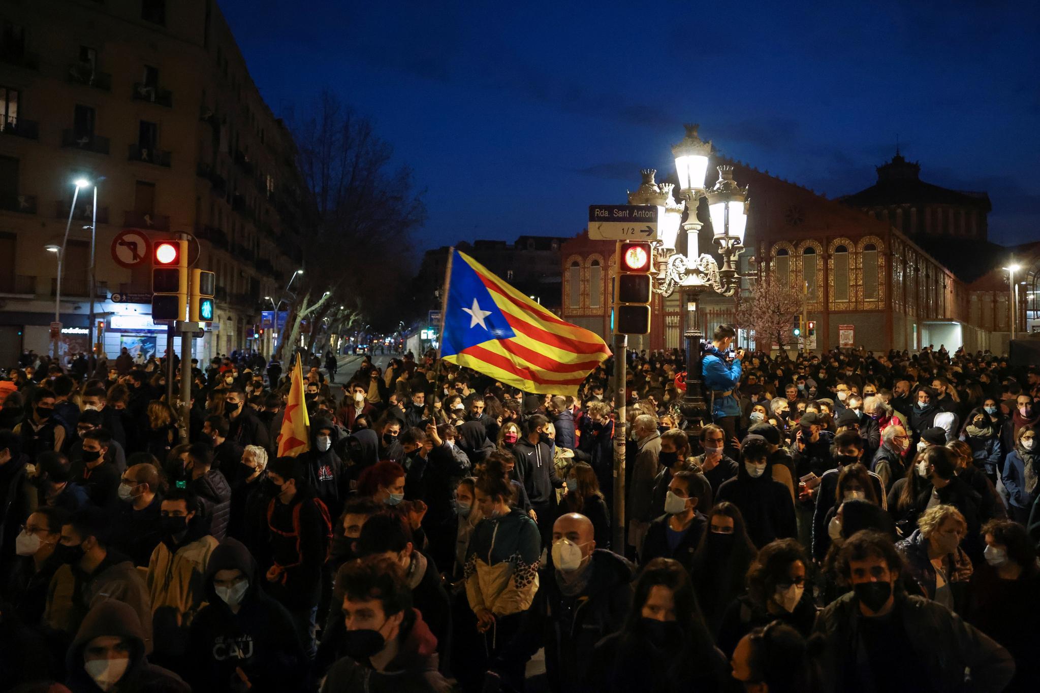 스페인 바르셀로나 시민이 27일(현지시간) 래퍼 파블로 하셀의 체포에 항의해 람블라스 거리에서 가두 시위를 벌이고 있다. 보름간 이어진 시위는 과격한 양상으로 전개돼 경찰과 충돌이 벌어지기도 했다. 시위대 가운데 카탈루냐 분리주의 깃발이 보인다. 로이터=연합뉴스