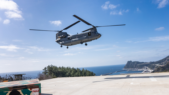 28일 오전 경북 울릉군 해군 118전대 이착륙장에 아스트라제네카 백신이 도착하고 있다. 사진 울릉군