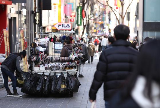 서울 명동 거리를 찾은 시민들이 발걸음을 옮기고 있다. 당정청은 28일 노점상 약 4만여명에 50만원씩을 주는 4차 재난지원금 지급안에 합의했다. 연합뉴스
