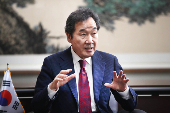 이낙연 더불어민주당 대표가 23일 서울 여의도 당사에서 중앙일보와 인터뷰하고 있다. 이 대표는 4차 재난지원금 지급을 위한 추경 논의가 오는 28일 결론날 것이라고 밝혔다. 오종택 기자