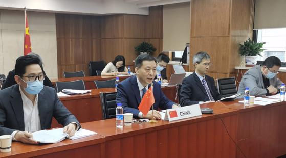 """지난 26일 화상으로 열린 한·중 FTA 서비스·투자 회기간 회의 중국측 협상단. 중국 상무부는 이날 회의에서 """"적극 진전""""을 거뒀다고 강조했다. [사진=중국 상무부 사이트]"""