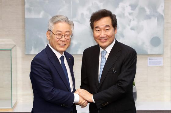 이낙연 더불어민주당 대표(오른쪽)와 이재명 경기지사. 연합뉴스