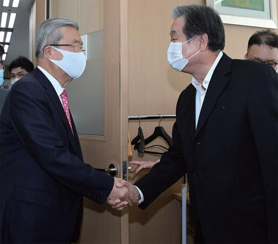 김종인 비대위원장이 지난해 10월 8일 오후 서울 마포구에서 마포포럼 초청 강연에 앞서 김무성 전 대표와 악수를 하고 있다. 김 위원장은 이날 '보수정당, 어떻게 재집권할 것인가'를 주제로 강연했다.