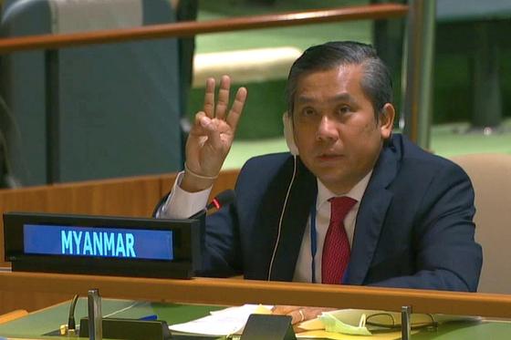 유엔 총회에서 쿠데타를 비판하며 국제사회 지지를 호소한 초 모 툰 주유엔 미얀마 대사가 성명 낭독을 마치면서 저항의 상징 '세 손가락 경례'를 하고 있다. 로이터=연합뉴스