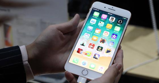 업계에 따르면 음성 기반 SNS인 '클럽하우스'의 인기로 인해 2017년 출시된 아이폰8의 중고폰 가격이 되레 올라가는 현상이 나타나고 있다. 우상조 기자